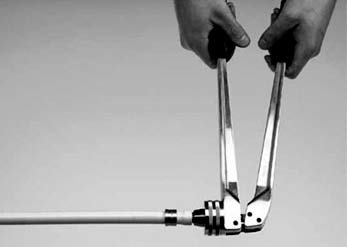 Монтаж труб из сшитого полиэтилена TECE при помощи ручного инструмента